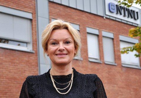 KLAR FOR NYE UTFORDRINGER: Siv Fladsrud Magnussen (f.h) skal fortsatt drive med forskning og formidling som førsteamanuensis ved Senter for omsorgsforskning på NTNU i Gjøvik, ved siden av ny jobb som koordinator for alle sentrene for omsorgsforskning i Norge.