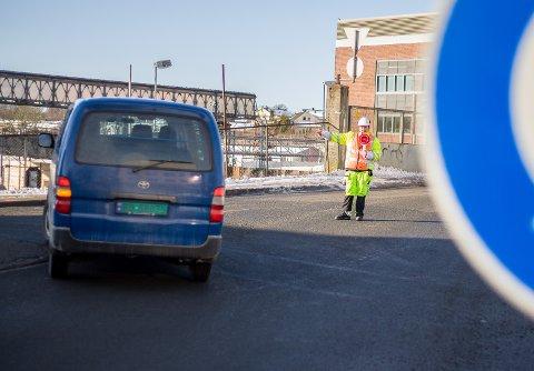 PÅ VAKT: Norsk Trafikksikring vinker bilistene som kommer ned Kirkeveien ut i Jernbaneveien. Opp Nordbyveien kan de ikke kjøre.