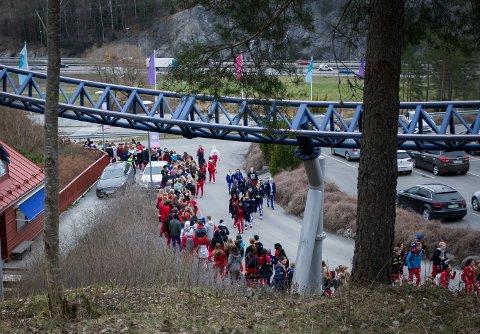 Køen for å komme inn strakk seg rundt hele inngangen.