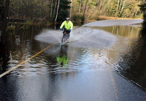 MYE: Det ligger fortsatt mye vann i veibanen i Siggerudveien onsdag.