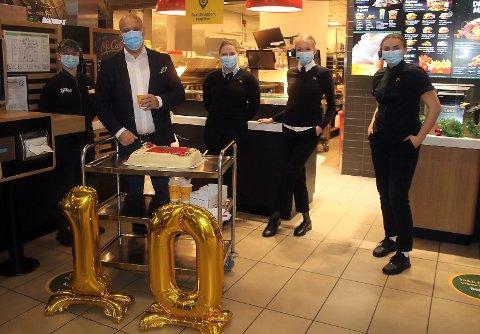 ENORM VEKST: Restaurant-eier Eduardo Jakobsen kan fortelle om en eventyrlig fremgang for restauranten i Nygårdskrysset, som var ti år onsdag. De ansatte på bildet, Binna, Helene, Maren og Kristin serverte kake til kundene.