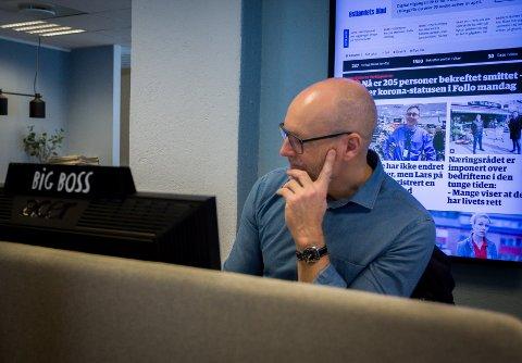 PÅ JOBB: Ansvarlig redaktør Martin Gray snekrer sammen morgendagens papiravis fra kontoret i Ski.