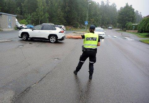 STANS: Anette Skau, vinker inn bilder til kontroll ved Bøleråsen skole fredag i forrige uke. Foto: Ole Kr. Trana