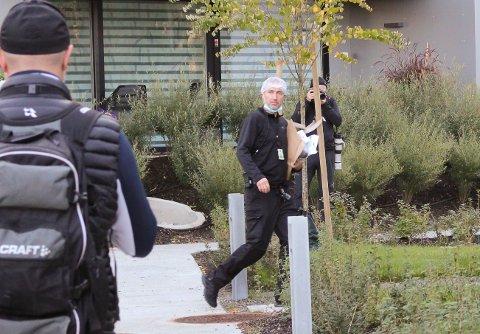 KRIMTEKNIKER: En krimtekniker er på vei inn i leiligheten hvor de avdøde ble funnet.