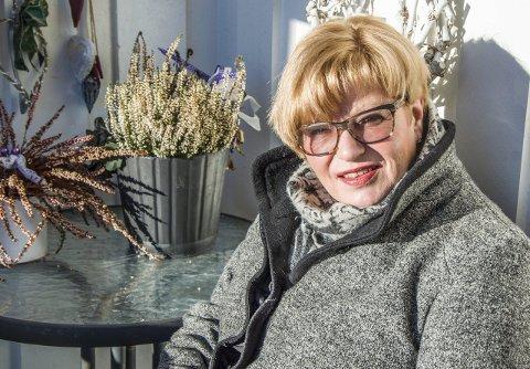 Bare et tall: – 60 år er egentlig bare et tall, sier Bjørg Hobæk Tanum, som er opptatt av samfunnsspørsmål og som stortrives i jobben som spesialhjelpepleier ved Sykehuset i Vestfold.Foto: Svend E. Hansen