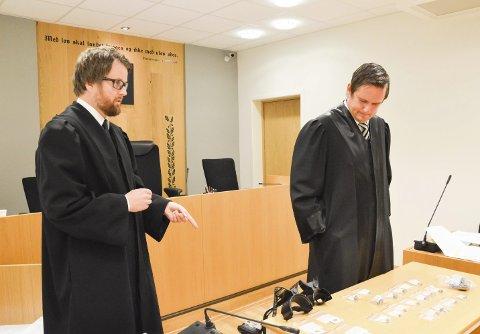 FIKK FENGSEL: Mannen beholdt flere gjenstander han fant med metalldetektor. Nå er punktum satt i saken etter at Høyesterett bestemte at mannen må sone to uker i fengsel for tyveriet.  Til venstre: Politiadvokat Øyvind Waale Hellenes i økoteamet i Vestfold-politiet og forsvarer for 43-åringen i tingretten og lagmannsretten, Truls Eirik Waale.