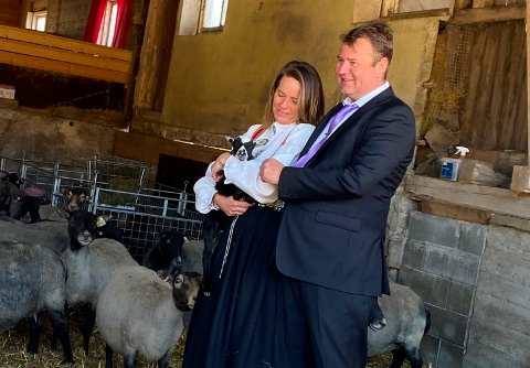 ANNERLEDES BRYLLUP: Aina (46) og Kjetil (47) Helland giftet seg i sauefjøset forrige måned, og hadde flere firbente «bryllupsgjester» med på vielsen.
