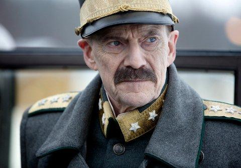 FILMEN ALLE VIL SE: Jesper Christensen spiller rollen som kong Haakon i «Kongens nei», filmen alle vil se. (Foto: Paradox)