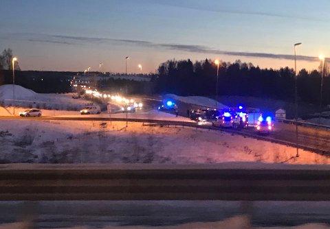 INGEN SKADET: Det oppsto ingen personskader da tre biler ble innblandet i et trafikkuhell på E6 fredag ettermiddag. Foto: Jo E. Brenden