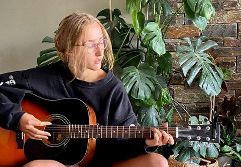 SKRIVER EGNE SANGER: Ailisha Kaiya Olsen fra Trysil skriver egne låter og gir dem ut på Spotify og YouTube.