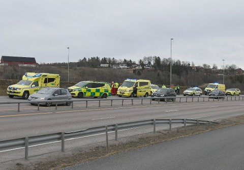 ULYKKE: Nødetatene rykket ut med store mannskaper etter ulykken, men sjåføren ble bekreftet omkommet etter kort tid. Foto: Vidar Sandnes