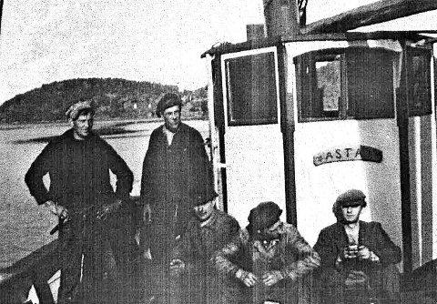 Flyktningtransport: Skipperen på Asta 1, Jakob Jakobsen, står her som nummer to fra venstre. Hans Holm ytterst til venstre. De andre er «passasjerer», flyktninger på vei til friheten.