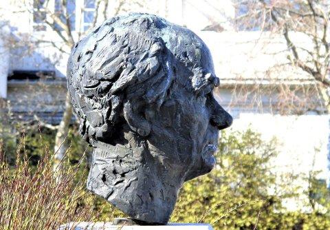 PÅ TORVET: Her er Nils Aas sitt portrett av Trygve Bratteli på Teie torv. Bysten planlegges flyttet til Fagertun, men det synes ikke alle er en god løsning.