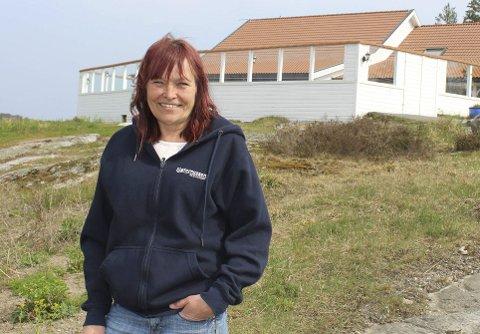 SOMMERIDYLL: Inger Ann Hafsund og hennes to brødre Knut Hafsund og Ole Jan Hafsund eier og driver Sjøterrassen med restaurant, hytteutleie, båtplasser og gjesteplasser. Søsknene håper å få godkjent reguleringsplanen som skal utvikle eiendommen enda mer.