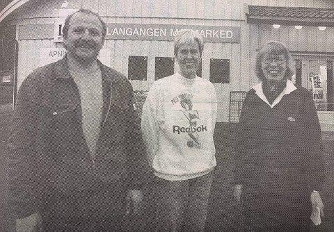 GLEDER SEG: – Endelig kan vi åpne den nye butikken her i Langangen, sier butikksjef Lillian Halvorsen. Her flankert av byggmester Jørn Langangen og ekspeditør Bjørg Fauske.