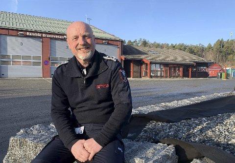 VIL KOMME I GANG: Brannsjef Jørn Urberg Tveten er utålmodig i forhold til å komme i gang med byggingen av ny brannstasjon. Han vil ha den nye stasjonen i Grasmyrbakken, slik rapporten fra mulighetsstudien konkluderer med er det beste.