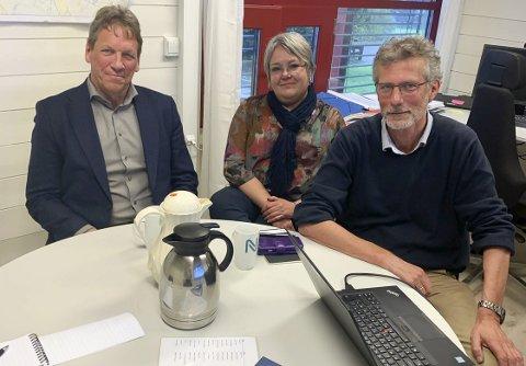 OPPSTART: Morten Lossius og Imi Vegge (f.h.) fra Nye Veier var med på oppstartsmøtet. Prosjektdirektør Magne Ramlo (venstre) har nå slutta i veiselskapet. Arkivfoto