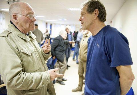 Spennende historie: Finn Harald Brekke slo av en prat med forfatter Svein Syversen etter foredraget om lensmannsmorderne.  Alle foto: Siri M. Dalnoki