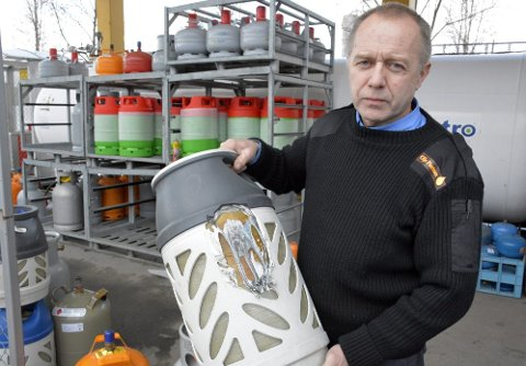 Farlig:  Dette er så nærme eksplosjon som du kan få det, sier Trond Are Solli om gassflaska en kunde kom innom for å bytte. Foto: Kenneth Haagensen Husby