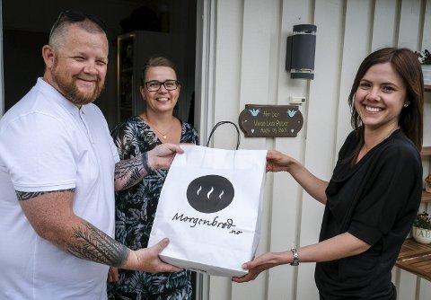 Fra starten: Lars Petter Konradsen og kona Vivian Høvik var med å teste ut «Prosjekt Morgenbrød». Markedssjef Tina Østrem hos Bakeriet AS, setter pris på at de er med videre. Foto: Øyvind Bratt