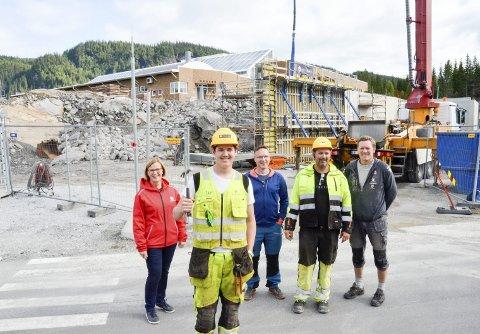 F.v. Rita Lekang, lærling Thomas Andreas Nilsen i front, faglærer Byggteknikk Tim Nerdal, Gøran Haldorsen og Leif Arne Adolfsen