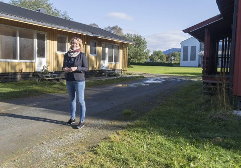 Totalrenoveres: De nedslitte ettplans boligene er snart historie når Marit Hiller Pettersen og VY Helgelands planer settes ut i livet. – Sånn det ser ut nå, er det en skam. Foto: Vegard Anders Skorpen