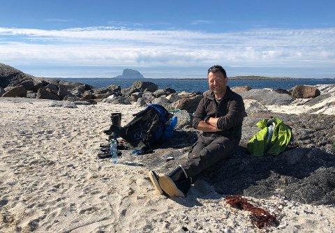 Pål Malm er bekymret for at den økte turismen på Tomma kan bli et problem. Her er han fotografert på Lamholmen på Tomma.