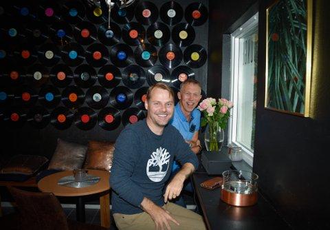 Stilen er mørk og rolig. Torsdag i neste uke åpner The Lounge. Eierne Svein Tore Nordhagen og Stig Frammarsvik mener byen er klar for flere små kafeer. Det som blir spesielt med denne, er at den vil bli en del av et seminar-konsept.
