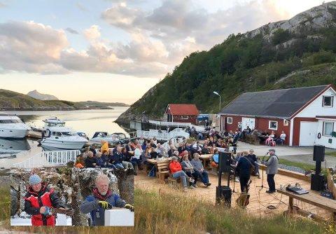 Gestene strømmer til Lyngvågen kafé om sommeren. Her fra en utendørs konsert som trakk mye folk. Innfelt nederst fra venstre: Jim Roger Monsen og Johnny Losvik.