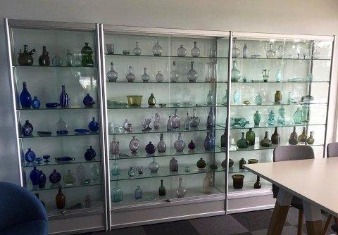 Petter Stenersens flotte glassamling er utstilt i Tingnes Sparebank 1. Foto: Gry Hege Haug