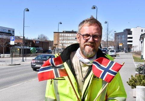 HÅPER PÅ MYE FOLK: Erland Tolvstad håper på fint vær og mye folk og kjøretøy i paradene, samt mye folk langs rutene.