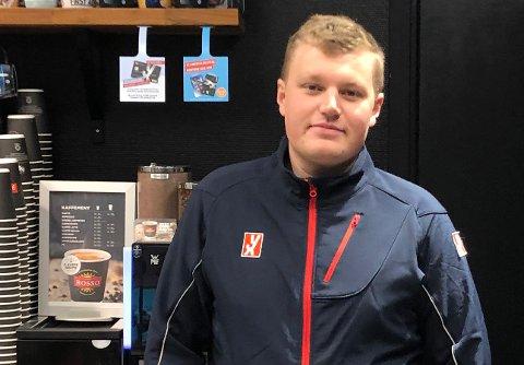NY DRAKT: Ole Christian Strømmen (26) vartet opp kundene da stasjonen på Nes i Ådal skiftet fra Shell til YX/7 eleven.