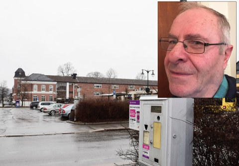 UNNGÅR SENTRUM: – For å unngå parkeringsavgiften, handler nå folk i butikkene utenfor byen der det er gratis å parkere, sier Olav Bjotveit.