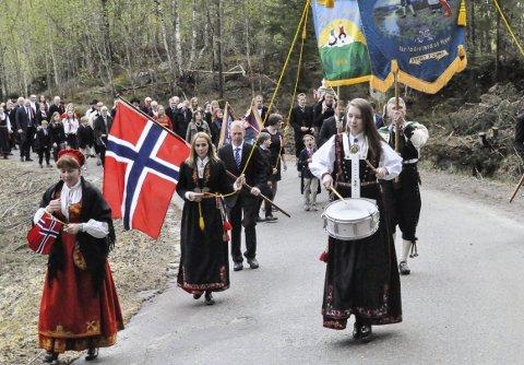 Holdt Takten: Ambjørg Uverud sørget for marsjtakt  i 17. mai-toget i Hovin.