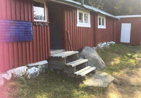 SELGES: På Bønsåsen 48, ligger den lille røde hytta som akkurat nå er Telemarks billigste. Foto: privat.