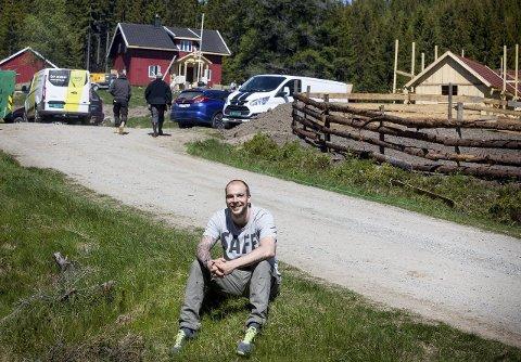 Gjør Løntjernbråtan klar til innspilling: Kim Alexander Melland-Orerød, produsent i Strix, leder arbeidet som foregår på årets Farmen-gård. FOTO: TOM GUSTAVSEN
