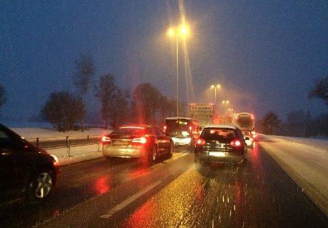 Trafikken har økt inn mot Oslo mellom 06.00 og 06.30 før rushtidsavgiften starter. Her fra E6 sørgående mellom Kløfta og Frogner.