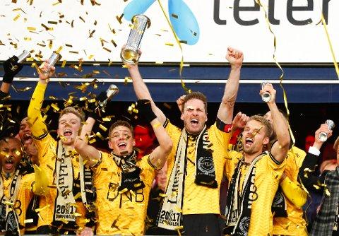 CUPJUBEL: Erling Knudtzon (t.v.) tjente mest av LSK-spillerne i 2017. Her jubler han for cupgullet i fjor sammen med Fredrik Krogstad, Frode Kippe og Mats Haakenstad. FOTO: NTB SCANPIX