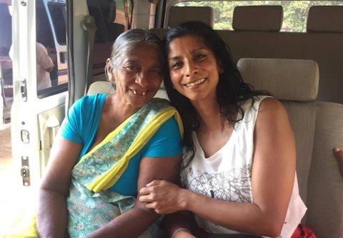 ANJA OG MOREN: I november i fjor møtte Anja Leela Hageler sin biologiske mor for første gang. Til høsten drar hun til Sri Lanka for å bo med familien og bli bedre kjent med dem. – Det er ekte kjærlighet mellom oss og det er veldig fint, sier Hageler.