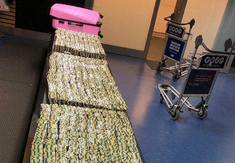 Gardermoen 20191013.  129 580 tabletter med det smertestillende medikamentet Tramadol ble beslaglagt av tollere på Oslo lufthavn 13. oktober. Tablettene ble funnet i bagasjen til to menn som kom med fly fra Etiopia. Foto: Tolletaten / NTB scanpix