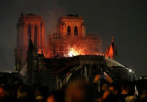 Brannalarmen gikk ved 18.50-tiden mandag kveld. Ved 22-tiden brant det fremdeles kraftig i den verdenskjente katedralen i sentrum av Paris. Tårnet og store deler av taket har kollapset. Foto: Thibault Camus / AP / NTB scanpix