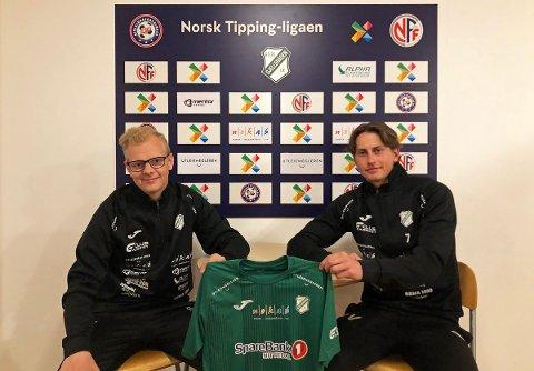 FORNØYDE: Gjelleråsen-trener Ørjan Heiberg (t.v.) og Ola Vestreng smiler etter at sistnevnte har skrevet under for Hagan-klubben.
