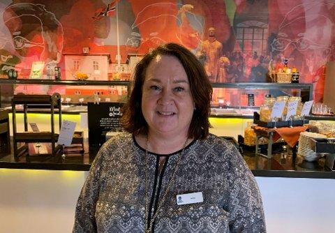 OPTIMIST: Hotelldirektør Hege Jeanette Bentzon mener Leto Arena er et svært tiltalende overnattingssted. Restauranten tiltrekker seg også en god del bilister og folk fra nærområdet.