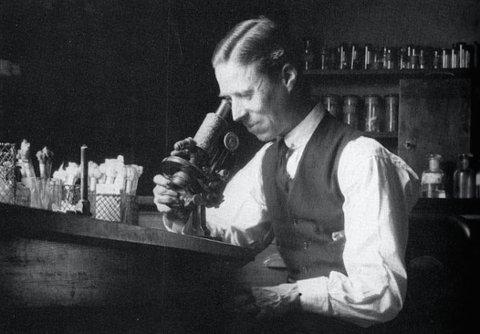 Den engelske bakteriologien Frederick Twort forsket på kukoppevirus. I 1911 fant han ut at virusene vokste i bakteriekulturer og livnærte seg av bakteriene. Foto: Microbiology Society