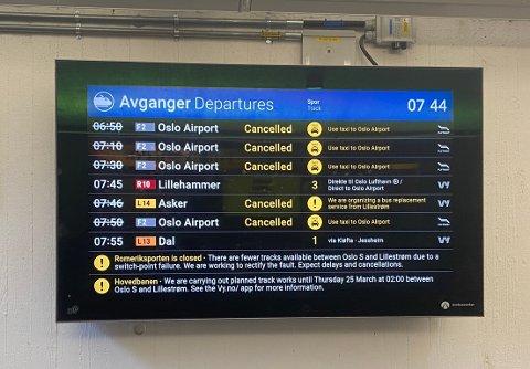 MANGE INNSTILLINGER: Slik så listen over avganger fra Lillestrøm stasjon ut lørdag morgen.