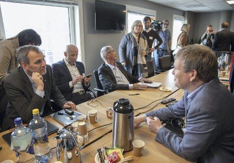 PRESS: Vegvesenet med Nils Audun Karbo (t.v.) og Terje Moe Gustavsen fikk kjørt seg under tirsdagens hastemøte mellom fem kommuner og to fylkeskommuner.Alle foto: Henning Jønholdt
