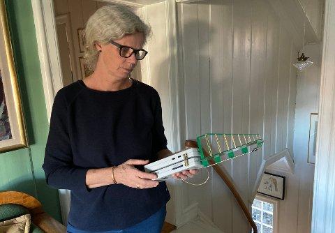 """STRÅLING: Her måler Sissel Halmøy nivåene av stråling i eget hjem. Hun har valgt å bo nede i en """"dump"""" for å beskytte seg."""
