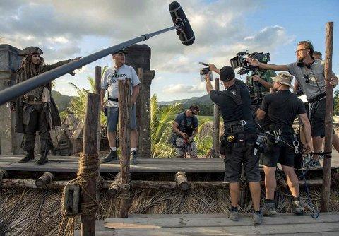 – slik gjør du det, johnny: Joachim Rønning (t.h.) instruerer Johnny Depp under innspillingen av den femte «Pirates of the Caribbean»-filmen. FOTO: DISNEY