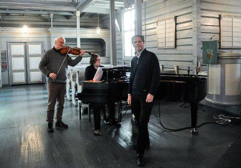 KLARE FOR FESTIVAL: Bakerst f.v. kunstnerisk leder Lars Anders Tomter, pianist Christian Ihle Hadland og direktør for Vestfoldfestspillene, Truls Sanaker.
