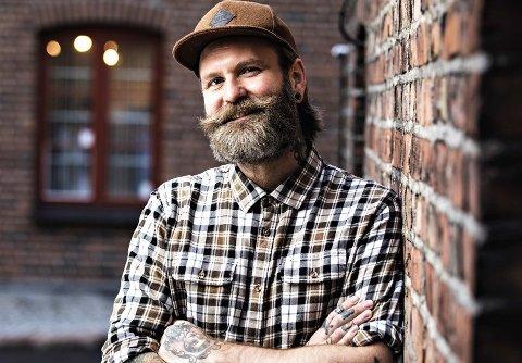 MANNUAL-SHOW: Adam Schjølberg kommer til Hjertnes kulturhus for å snakke om blant annet det å være mann.